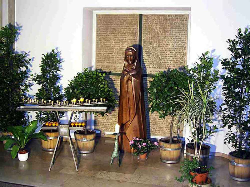 Gedenkort der Gefallenen mit der Hl. Maria