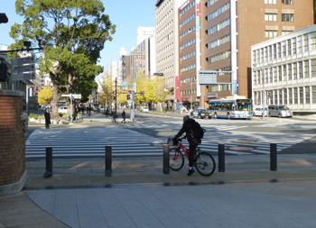 横浜・横浜公園での自転車の若者