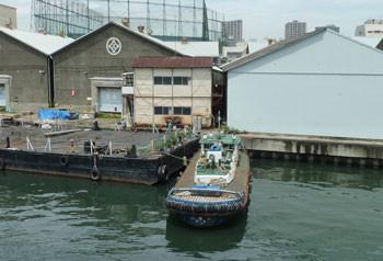 横浜市神奈川区・瑞穂大橋から見た三井倉庫とタグボート