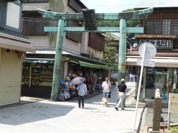 藤沢市・江ノ島の青銅鳥居とお土産店