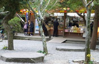 鎌倉・鎌倉大仏殿高徳院の土産売店と礎石