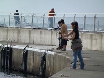 藤沢市・片瀬漁港のつりガール