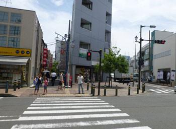 茅ヶ崎・中央通りに面したY字路
