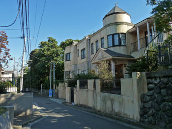高田坂の風見鶏のある建物