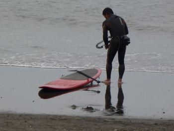 藤沢市・片瀬海岸でのサーファー