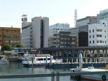 横浜・ゾウの鼻テラスとビル街