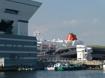 横浜・大桟橋の外航クルーズ客船「ふじ丸」とふ頭ビル