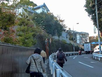 神奈川県・大磯駅前の坂道