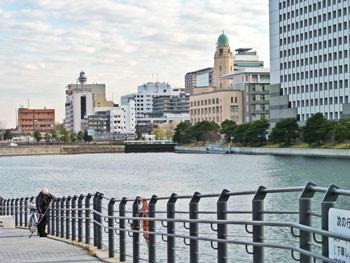 横浜・万国橋から観た横浜税関