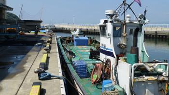 藤沢市・片瀬漁港の直売所と漁船