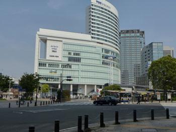 横浜・JR桜木町駅前広場とTOCみなとみらい