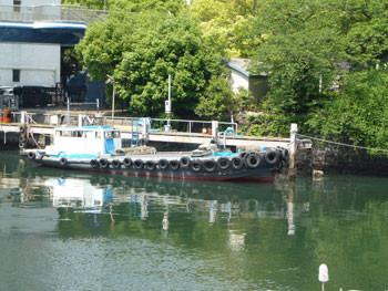 横浜市・弁天橋のたもとの船