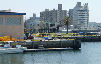 藤沢市・片瀬漁港とマンション街