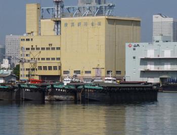 横浜・山下埠頭の倉庫とはしけ船