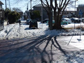 藤沢・立石の雪解け道路