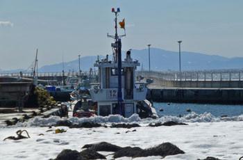 藤沢・雪の片瀬漁港と漁船