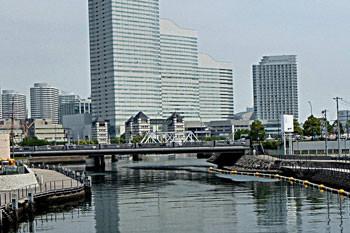横浜市・汽車道の鉄橋と展望タワー
