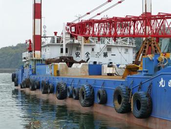 神奈川県・真鶴港のクレーン船