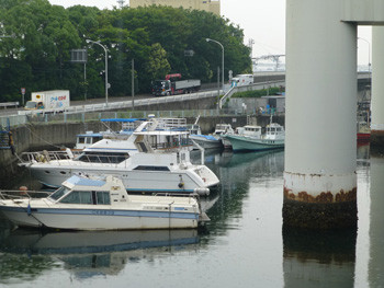 横浜・山下橋の船