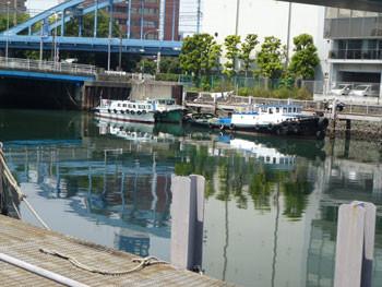 横浜市・住吉橋のほとりの作業船