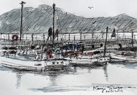 藤沢・片瀬漁港の漁船と家路を急ぐ人々