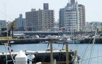 藤沢・片瀬漁港とマンション群