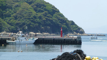 藤沢市・片瀬漁港と赤い灯台