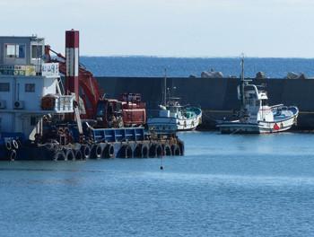 鎌倉・腰越漁港のしゅんせつ船と漁船