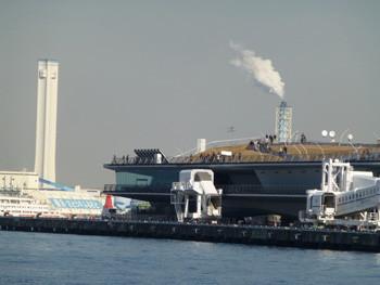 横浜・大桟橋と船