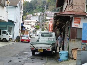 神奈川県・真鶴町の魚屋と町並み