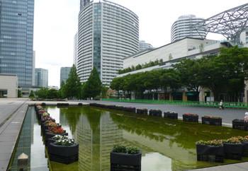横浜・横浜美術館広場の池とビル