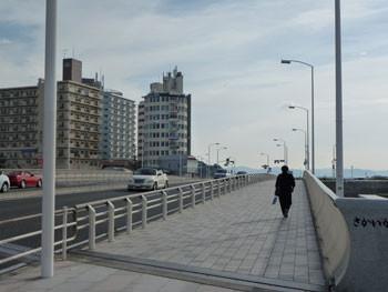 藤沢市・片瀬東浜のビル街と街灯
