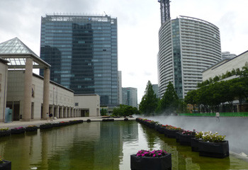 横浜・横浜美術館前の池とビル街