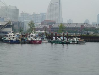 横浜・横浜港の船と赤レンガ倉庫