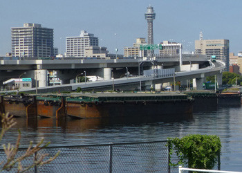 横浜・貯木場からマリンタワーを望む