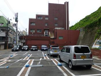 横浜・元町の霧笛楼の赤いビル全景