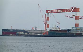 横須賀市・住友重機械のクレーンと原油タンカー