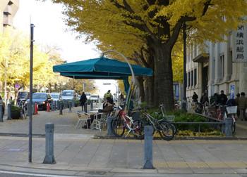 横浜市・日本大通りの大きなテント