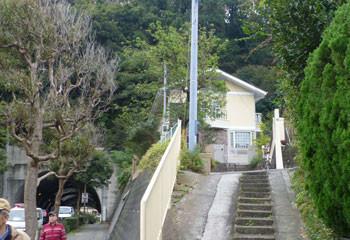 鎌倉・佐助のトンネル脇の白い建物