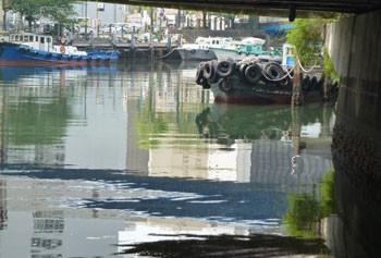 横浜市・弁天橋付近の作業船など