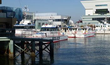 横浜・大桟橋ふ頭ビルと水上警察船