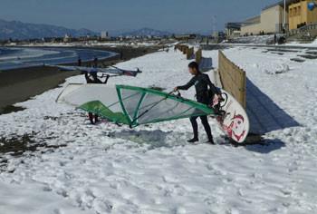 藤沢・雪の日の片瀬海岸のサーファー