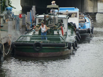 横浜・大岡川の小型船とおやじ