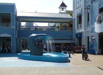横浜・三井アウトレットパークのクジラの広場