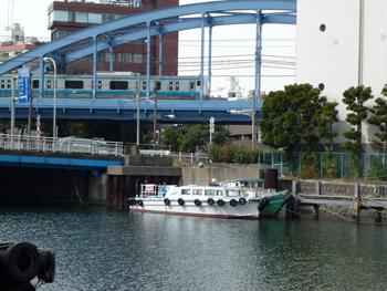 横浜市・JR根岸線の鉄橋とその周辺
