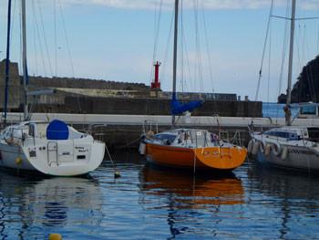 神奈川県・真鶴漁港のヨットハーバーと灯台