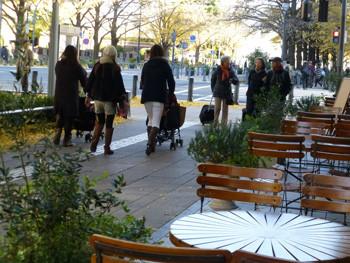 横浜・日本大通りを散歩する若いママ