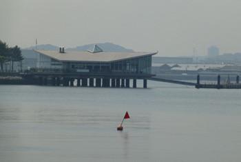 横浜・八景島シーパラダイスの海上レストラン遠望