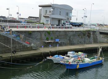 藤沢市・片瀬江ノ島駅の弁天橋の漁船