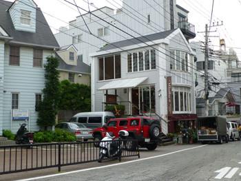 横浜・代官坂の花屋さんと赤い車